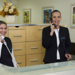 Recepção da clínica BedMed - auxiliar de enfermagem Régia e secretária Raquel