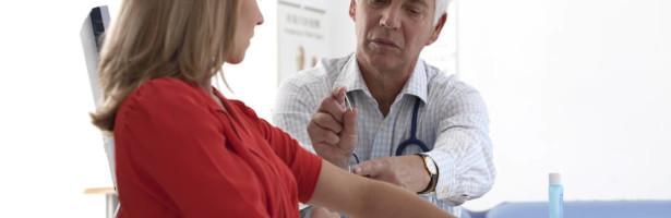 ginecologista aplica implante subcutaneo